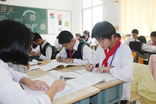 笔划之间见真功-九龙湖初一年级举行硬笔书法比赛